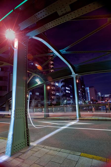 橋の真ん中に境界線が通っているので、道路と柱と梁をペイント。