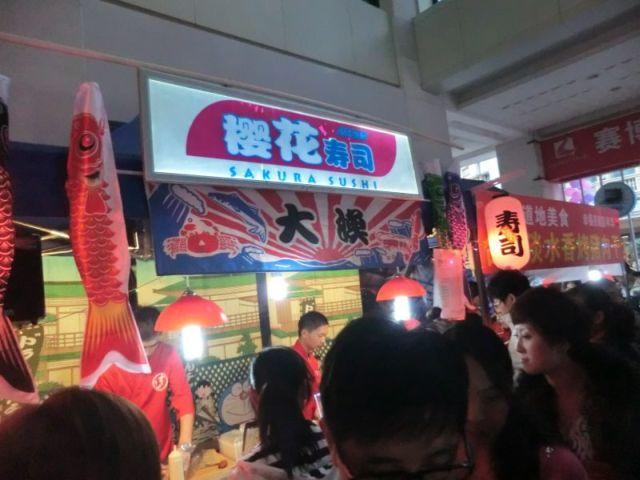 繁華街で人気の屋台の寿司屋。いろんなところで見かけるがちょっと違う。