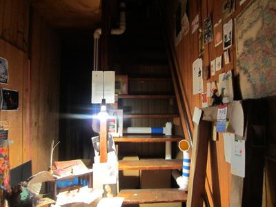 きゅうな階段をのぼると…。