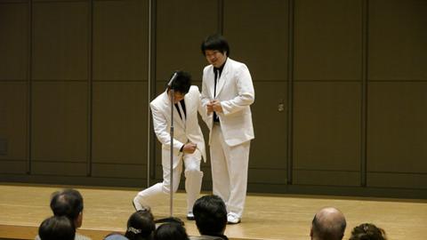 白スーツ!演芸見にきたなという実感がわく