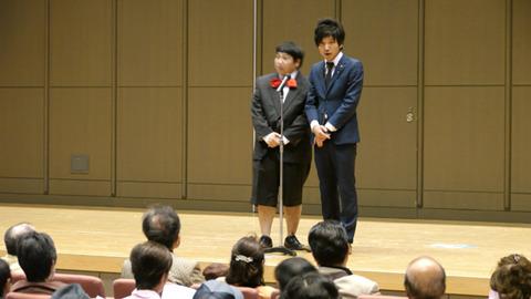 スーツなんだけど蝶ネクタイと半ズボンとか、カチッとした変な格好の人が多い