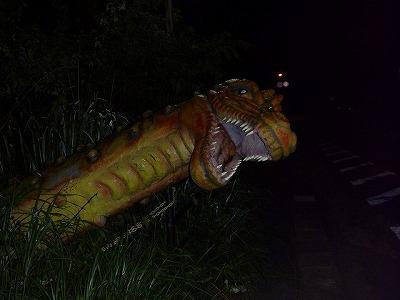 道中に突如出現した恐竜。びっくりした。