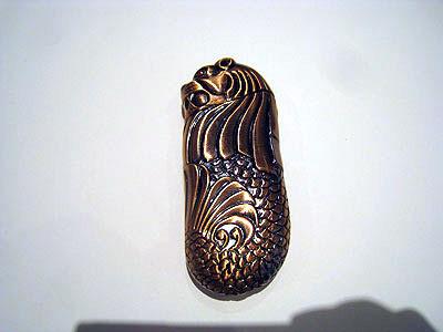 マーライオンのライター。立派なケースに収められていて、これは20年間捨てられなかったのも頷ける。