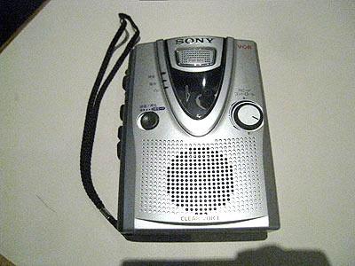 編集者の方が持ってきてくれた、テープレコーダー。今やICレコーダーの時代である。