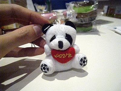 中国で買った、雑すぎるパンダ。目の模様が左右アンバランスだし、身体の配色も変。極めつけに足の裏の…サッカーボール?