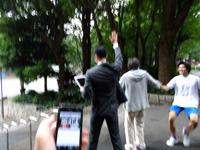 安藤がSDカードを渡した瞬間、井田の手があがった