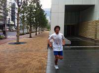 走り)5分でビルの前に
