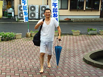 斎藤さんの干潟スタイルは、もちろんステテコだ。
