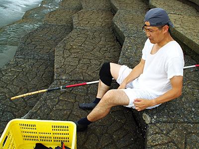 分厚い膝用サポーターを装備。グルコサミンが足りない訳ではない。