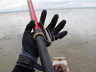 これがむつかけ針。針が長いので横から掴んでも刺さらないはずだが、やはりゴルフボールとは緊張感が違う。