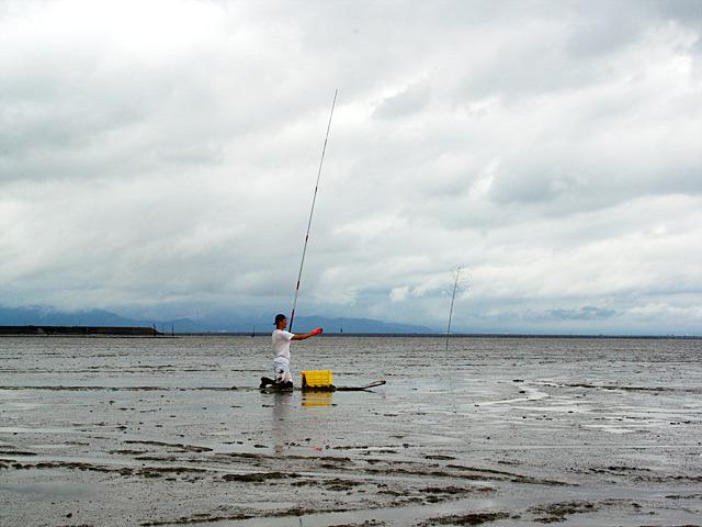 遠くから見るとベテラン漁師っぽい斎藤さんは釣れたのだろうか。