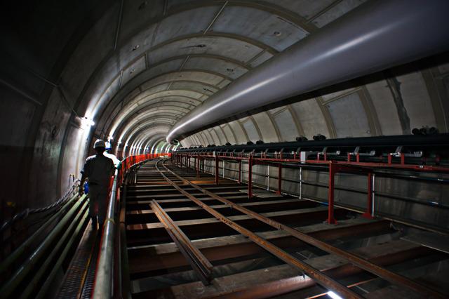 横のトンネルを入っていくと、こんな!うひょー!