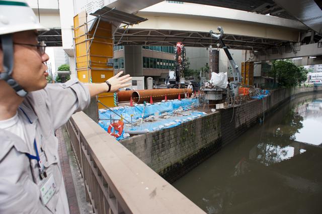 あわせて行われる護岸の整備も、すぐ脇に建物などが建っているのでたいへんそうだ。