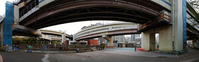 工事準備が始まる前の一ノ橋ジャンクション。小さく三角形に交差している麻布十番名物。