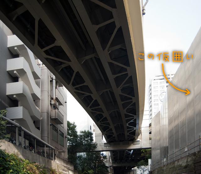 おもえば2010年に書いた記事「くぐれ!たいやきくん</a>」で古川を手こぎボートで古川遡上してここまで来たときに見えた仮囲いはこれだったのだな!