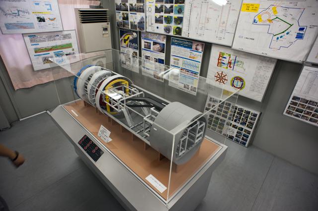 シールドマシンの模型!これでトンネルを掘りつつ仕上げると言うことがほぼ自動で行われる。