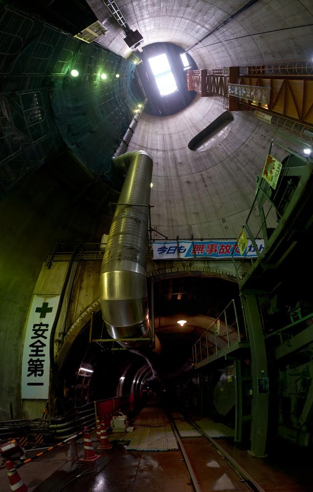 到着して見上げるとこんな!下に見えるのが、シールドマシンが掘り進んだトンネル。つまりここに水が溜められることになる。