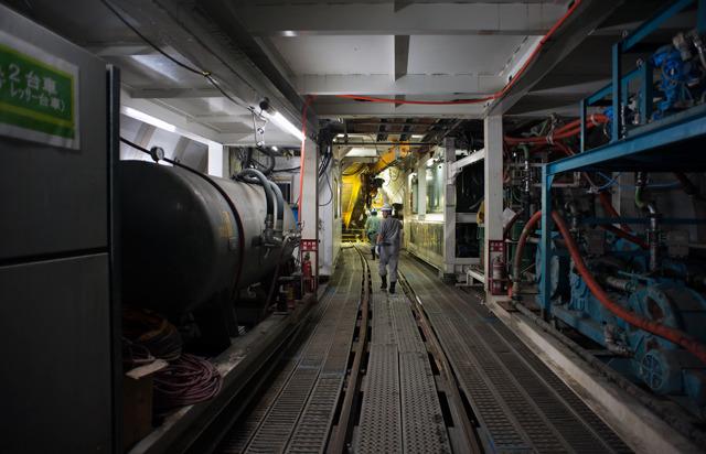 周囲の台車に乗ったタンクや機械が「最前線感」を醸し出す。