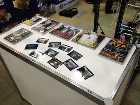 壁一面のダム写真と本やDVDを展示