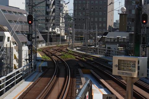 大きくカーブした先にすぐ次の駅が