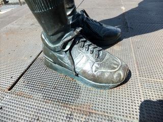 履いている靴のブランドまでわかる。ニューバランス