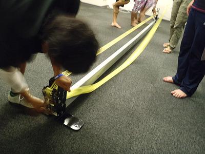 ラチェットをスラックライン台に取り付けてラインをセット。