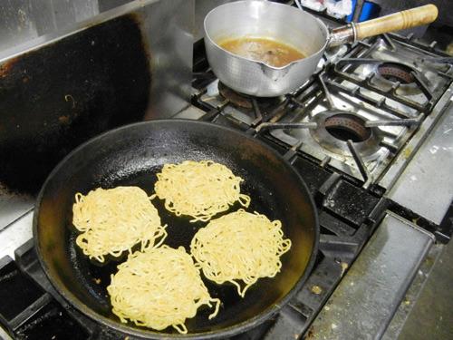 バーガーに使う麺は、ラーメンの麺そのまま!