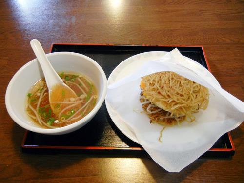店で食べるときには、スープも一緒についてくる。