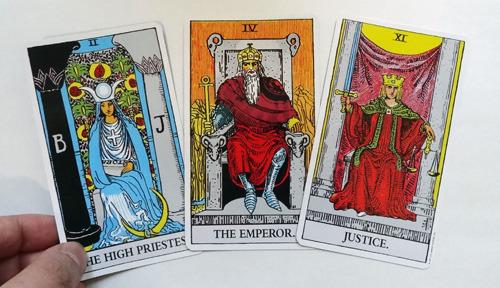 左から、女教皇、皇帝、正義。立派なカードたち
