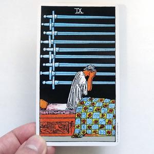 これは本物のタロットカードにあったカード。「寝坊」と名付けたい