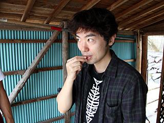 エビを見た斎藤さんが、「高級料亭では生きたまま食べるんですよ!」というので試してみた。エビがぬるい。