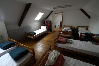 寝室はこんな感じで、男女相部屋である