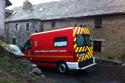 宿の前に止まる救急車