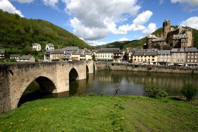 大きな古い橋と城が美しい、エスタン