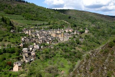 山の中腹に家々が立ち並ぶ、コンク