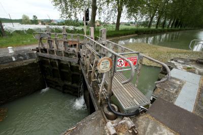 たくさんの水門で高低差を解消する
