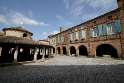 円形の市場が印象的な、オヴィラの広場