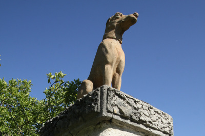一軒だけ犬の像を飾る家が