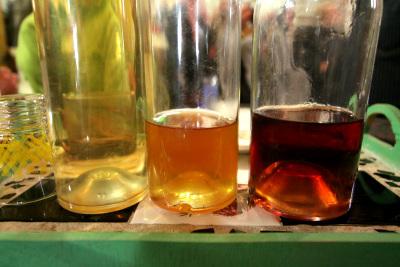 左から、絞ったブドウジュース、半年熟成、2年熟成