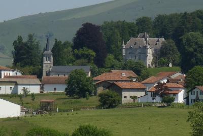 城が立つ、フランスらしい景色を見ながら歩く