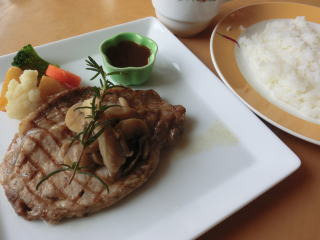 食べ応えのある分厚い三元豚のソテーにスープ、ライスがつくランチ950円