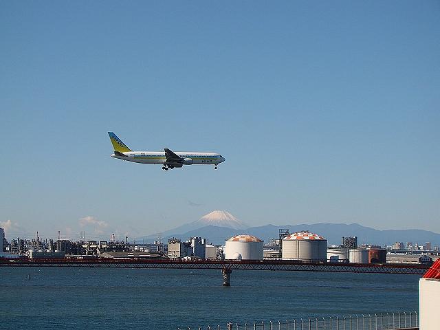 これは2009年、D滑走路の見学施設から。富士山と、飛行機を撮った写真に映り込んでいるA滑走路の誘導灯(まだその存在に気づいてないので写真がわかりづらい。鮮明な写真は大山さんのこちらを