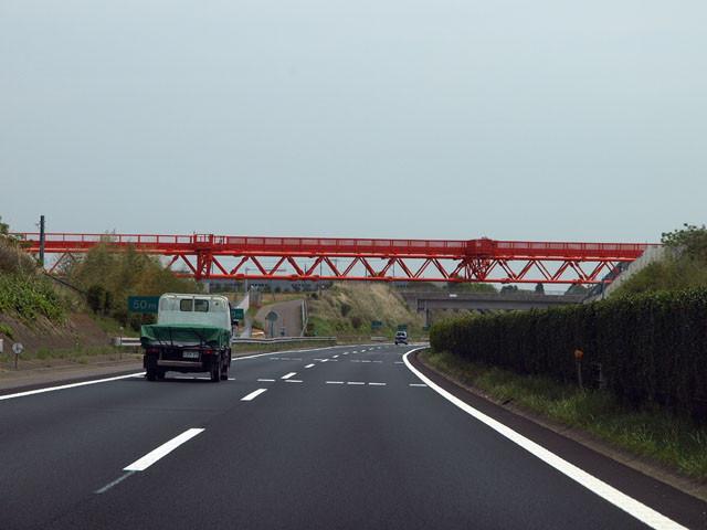 これ。(写真は高架橋脚ファンクラブ参謀、hachimさんのブログよりお借りした。いい写真。http://d.hatena.ne.jp/hachim/20100224/p1)