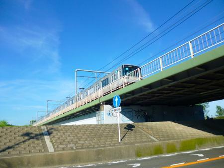 線路はそのまま多摩川を渡って行くが