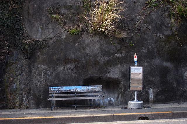 崖とバス停。