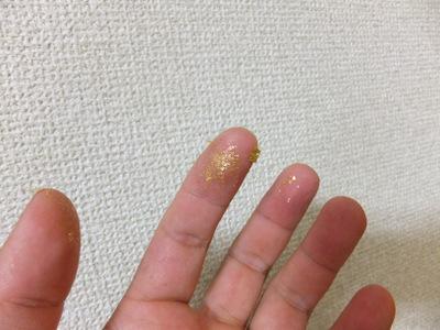 金ぱく、指にくっついてなかなか取れないので、指をなめながら作業を進めた