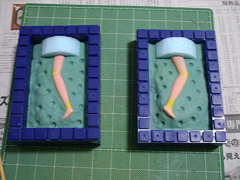 それぞれの足を、半分粘土にうずめて準備。