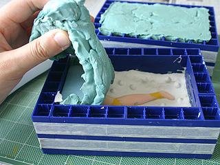 固まったので裏返して粘土を外す。さすが、気温が高いので通常の半分以下の時間で固まった!
