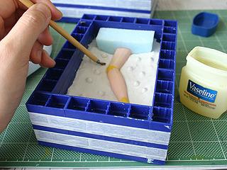表裏の型がくっつかないように、ワセリンを塗って離型剤に。ここにまたシリコーンを流し込む。