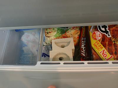 垂直になるように、冷凍室へ。
